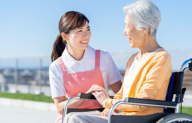 見学することで働くスタッフの質やスタッフ同士の人間関係がわかる【介護施設探しの体験談】
