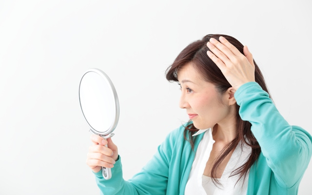 多かった髪の毛が減り、10円ハゲまで!これって加齢が原因??【体験談】