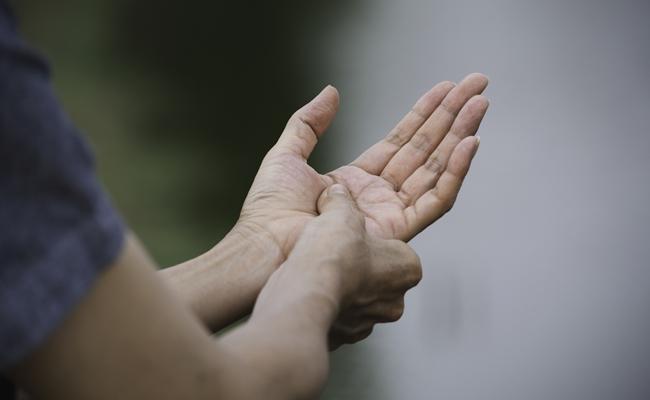 更年期障害の症状!?突然やってきた指の関節の痛みを克服!【体験談】