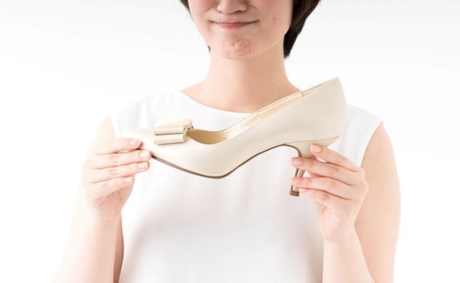 女性は年齢とともに足幅が広がる!?履き慣れた靴が裂けていく…【体験談】