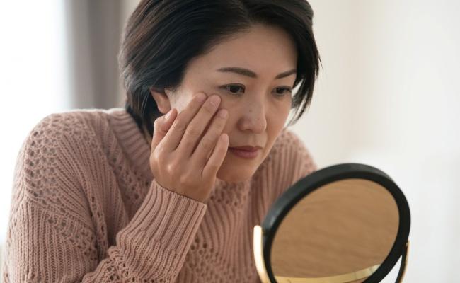 加齢とともに増えるシミ、老人性色素斑はなぜできる?どうケアするの?