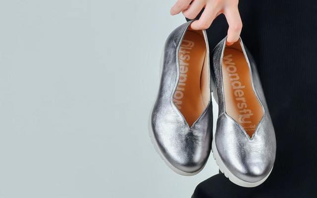 アラフィフの私がハマった! 断捨離で見えてきた銀色の靴の魅力【体験談】