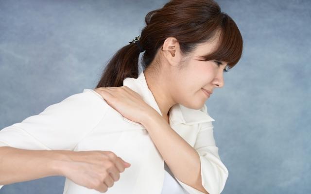 壮絶な痛み!悪化した肩凝り対策にかっさプレートでマッサージ【体験談】