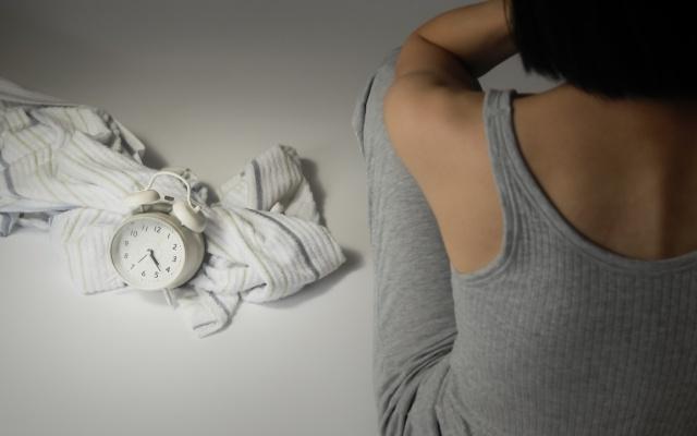 「夜中に何度も目覚めてしまう…」睡眠不足の改善に効果があったこと3つ【体験談】